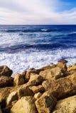 Scena tranquilla della linea costiera - rocce ed onde del mare immagine stock