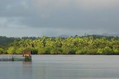 Scena tropicale rustica di vista sul mare con la capanna natale Fotografia Stock