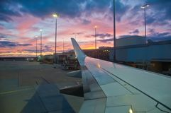 Scena uguagliante crepuscolare pacifica nell'aeroporto con un'ala piana bianca fotografia stock libera da diritti