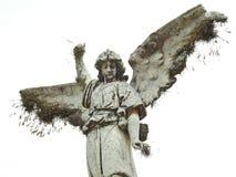 Scena in un cimitero: vecchia statua di un angelo con le ali rotte immagine stock