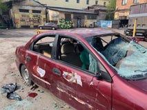 Scena urbana di lerciume con l'automobile ed i graffiti rotti fotografia stock libera da diritti