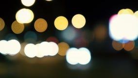 Scena urbana di notte Estratto Defocused dei semafori di notte archivi video