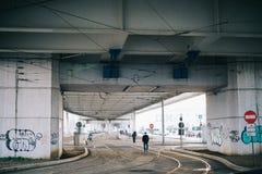 Scena urbana sotto il ponte Fotografia Stock Libera da Diritti