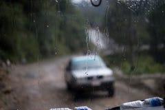 Scena vaga della via attraverso le finestre di automobile con goccia di pioggia nel Nepal Fotografia Stock