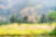 Scena vaga della via attraverso le finestre di automobile con goccia di pioggia nel Nepal Fotografia Stock Libera da Diritti