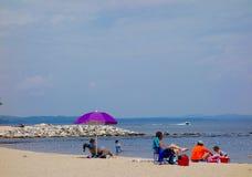 Scena variopinta della spiaggia al porticciolo di Sebago, Sebago, Maine 30 luglio 2015 occors foto Fotografia Stock