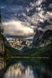 Scena variopinta di estate del lago Vorderer Gosausee con il ghiacciaio di Dachstein su fondo immagini stock libere da diritti