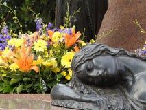 Scena w cmentarzu: statua kobiety dosypianie zdjęcia royalty free