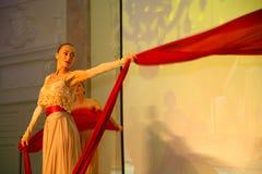 Scena występ ekskluzywna restauracja lato pałac tancerze tanczy przedstawienie zespół grupy styl Obrazy Stock