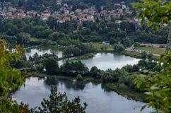 Scena z góry, jeziora, halizny, lasowego i mieszkaniowego okręgiem bulgarian wioska Pancharevo, Sofia Fotografia Stock