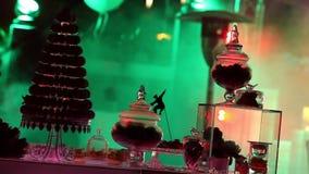 Scena zaświeca przy koncertem, scen światła, Zaświeca koncertową scenę, koncertowy oświetlenie na scenie, nowego roku przyjęcie zdjęcie wideo