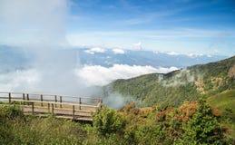 Scena zielona góra z niebieskim niebem i chmurą Obrazy Royalty Free