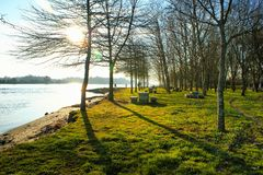 Scenary κοντά στον ποταμό στην αγροτική περιοχή στοκ εικόνα με δικαίωμα ελεύθερης χρήσης