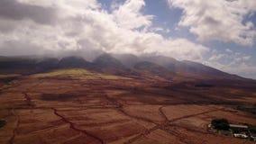Scenary increíble del terreno volcánico en el pie del mauna loa de los mauntains con el cráter activo en el fondo del metrajes