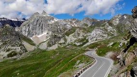 Scenary vuoto della strada della montagna delle alpi archivi video