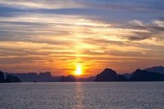 Scenary zmierzch przy morzem na mrocznym niebie po zmierzchu Zdjęcia Royalty Free
