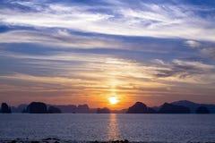 Scenary zmierzch przy morzem na mrocznym niebie po zmierzchu Zdjęcie Royalty Free