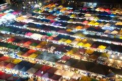 Scence di notte della vista aerea al mercato di notte a Bangkok Immagini Stock
