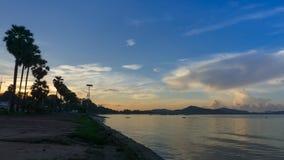 Scence do nascer do sol sobre a baía de Sattahip da praia de Dongtan no mornin adiantado filme