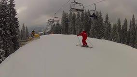Scendendo la pista dopo gli ski-lift in Bukovel stock footage