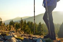 Scendendo una traccia di montagna nel tramonto Fotografia Stock