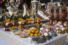 Table of offerings in front of Wat Ming Muang entrance royalty free stock photos
