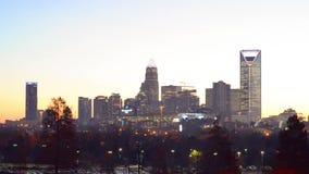 Scene dell'orizzonte e della via della città di Charlotte North Carolina archivi video