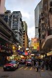 Scene della strada affollata con i tassì da Hong Kong Fotografia Stock Libera da Diritti