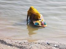 Scene di Gange a città santa di Varanasi in India Immagini Stock