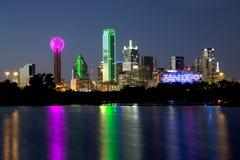 Scene di notte dell'orizzonte di Dallas fotografia stock