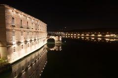 Scene di notte di architettura, dei ponti e delle vie di Tolosa fotografia stock