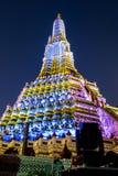 Scene di notte di Wat Arun su bianco e su luce gialla Immagine Stock
