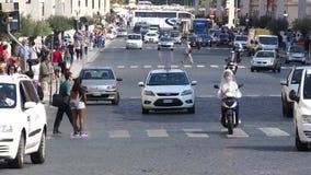 Scene di traffico a Roma (1 di 12) archivi video