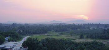Scene tranquille di mattina della terra di agricoltura della campagna Immagine Stock