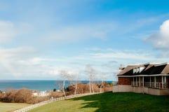Sceneria jeziorny Toya z pięknym projekta budynkiem na zielonym hil Fotografia Stock