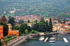 Sceneria Lenno w Lombardy Włochy, nadjeziorny miasteczko Lago Di Como parkuje dokiem z widokiem ferryboats Obrazy Stock
