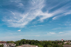 Sceneria miastowa na dzikim niebie i dachu Fotografia Royalty Free