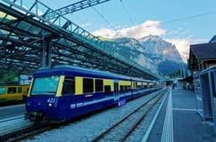 Sceneria taborowy parking platformą Lauterbrunnen stacja z śniegiem nakrywał Jungfrau górę Zdjęcia Royalty Free