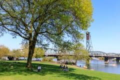 Sceneria Tom McCall nabrzeża park w w centrum Portland Fotografia Royalty Free