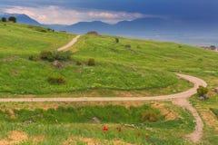 Sceneria widok trawy dolina z górami Zdjęcie Royalty Free