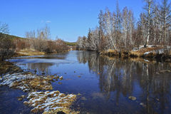 Sceneria wokoło jesieni rzeki Na gładkiej wodzie odbicia drzewa widoczni Fotografia Royalty Free