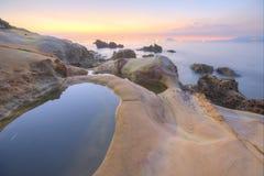 Sceneria wschód słońca skalistym wybrzeżem w północnym Tajwan Fotografia Royalty Free