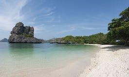 Sceneria z tropikalnym morzem i wyspami Zdjęcia Stock