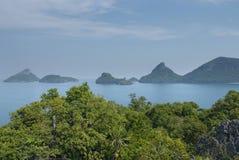 Sceneria z tropikalnym morzem i wyspami Zdjęcia Royalty Free