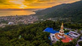 Scenerii widok z lotu ptaka zmierzch za pagodą na Patong wzgórzu obrazy stock
