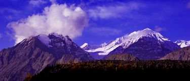 Scenic alpine landscape with and mountain ranges Royalty Free Stock Photography