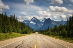 Scenic Icefields Pkwy traveling through Banff and Jasper National Park Stock Photos