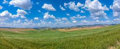 Scenic Tuscany landscape with rolling hills and traditional farm house in Val dOrcia, Italy Royalty Free Stock Photos