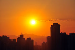 Sunset over city skyline Royalty Free Stock Images