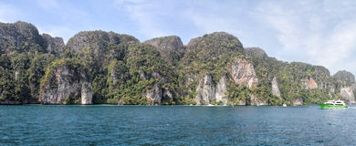 Scenic view from the water at Thai coast Royalty Free Stock Photos